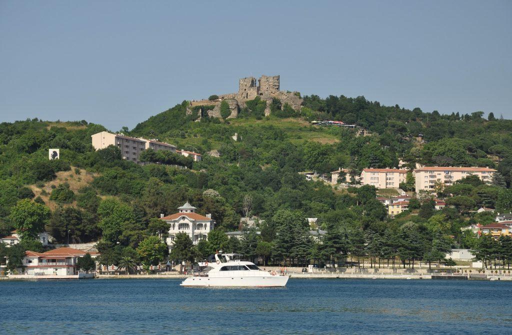 Anadolu_Kavağı_with_Yoros_Castle_in_Istanbul,_Turkey_001_2