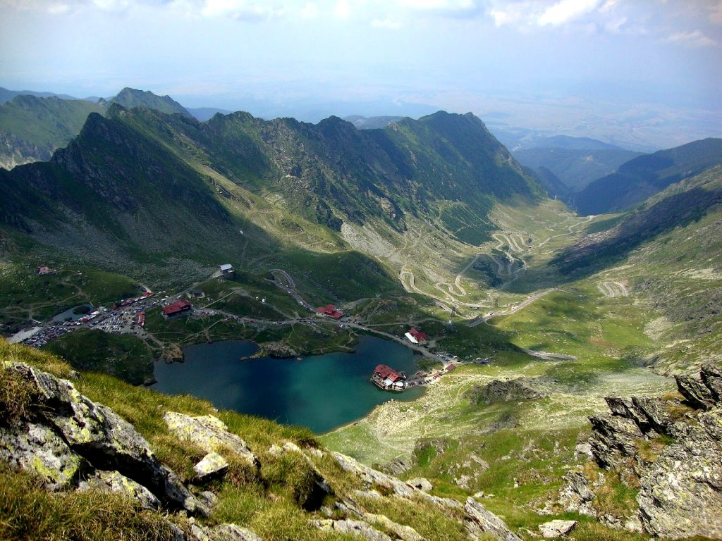 balea-lake-near-transfagarasan-glacier-lakes-romania-eastern-europe-beautiful-landscapes-carpathian-mountains